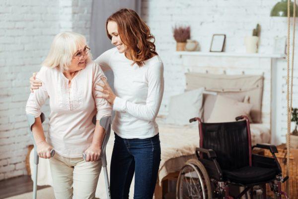 การดูแลผู้สูงอายุที่สามารถช่วยเหลือตัวเองได้ และการดูแลผู้สูงอายุติดเตียง